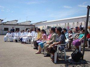 Diversos familiares e visitantes dos detentos assistiram ao culto de batismo
