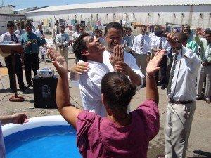 Com a a alegria estampada no rosto, os treze candidatos foram batizados na piscina inflável montada no pátio da Penitenciária
