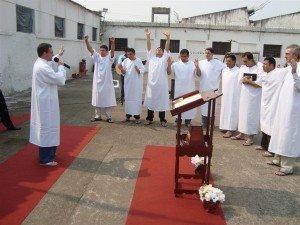 Com alegria estampada no rosto, os nove candidatos deram seu testemunho público de fé em Jesus