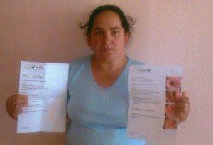 Irmã Sedeni, feliz pelo milagre, mostra o exame que constatou o tumor (à direita) e o que revelou a cura total
