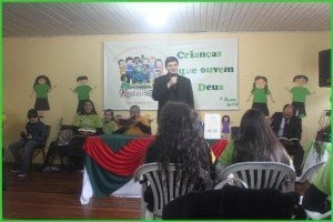 Pr. James pregou a Palavra para as crianças e professoras