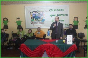 O Pr. Rubem Gutierrez ministrou um estudo bíblico para as crianças