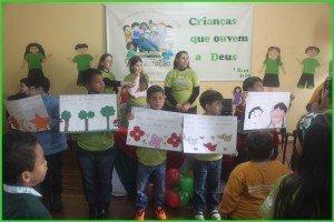 Crianças cantando corinhos juntamente com as professoras