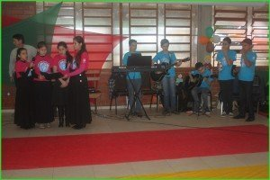 Grupo de louvor e músicos adorando no Retiro Geral