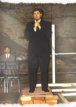 Pr. Humberto sobre o púlpito improvisado