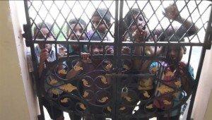 01 Crianças de Markapur voltam ao portão da casa para me chamar