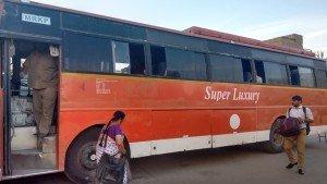 Ônibus super luxury que estragou no caminho e no qual viajei 14 horas com a porta aberta, inclusive na selva de tigres