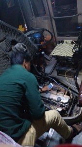 O motor estragado foi consertado a marretadas, sob a luz de celulares