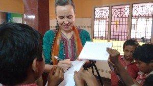 Crianças e adultos da escola recebem mensagem do amor de Jesus