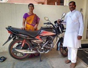 Irmão Kondaya Paul e esposa, com a moto doada pelo Brasil