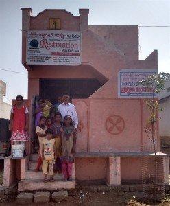 Família Anand Paul em frente ao templo, em Vinukonda