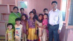 Família Anand Paul com crianças, numa manhã de devocional