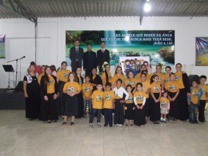 Os pequenos com as professoras e obreiros na Sede da Área
