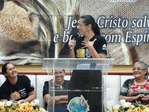Um dos testemunhos marcantes da operação de Deus durante essa madrugada foi o da Dcª Gládis Machado, coordenadora do Pilar de Ensino da União Feminina