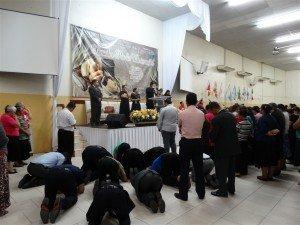 Ao final da pregação, Deus confirmou a sua palavra com grande derramamento de poder e a realização de milagres