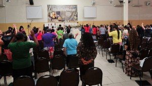 Em meio aos estudos bíblicos, a glória de Deus envolveu a todas