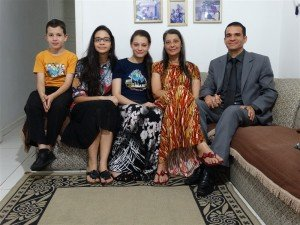 Onofre Rafael, com a esposa, Claire, e os filhos Jabez, Luísa e Raphaela