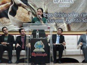 A jovem Karine Almeida ministrou a palavra do Senhor
