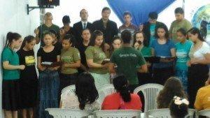 Coral de jovens local adorou ao Senhor com louvores