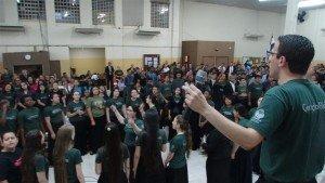 O Irmão Ismael Mendes, um dos dirigentes do Grande Coral, passou os hinos que seriam entoados no Congresso Geral