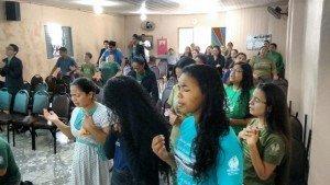 Moços e moças abriram seus corações para adorar ao Senhor