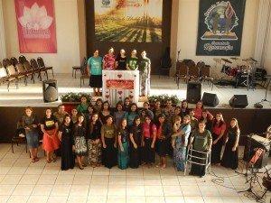 Cerca de 40 moças estiveram presentes no retiro buscando ao Senhor!