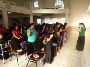Momento de oração no encerramento do estudo