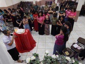 Oração final do sábado à noite, quando a Dcª Valdirene Thomas ministrou a Palavra