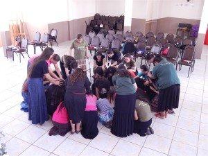 As moças se humilharam na presença do Senhor, recebendo oração e sendo fortalecidas