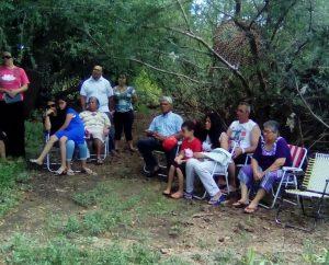 Amigos e parentes dos candidatos uniram-se à igreja local para assistirem à cerimônia de batismo
