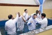 MAIS 33 NOVOS CRENTES SE BATIZAM NA SEDE INTERNACIONAL