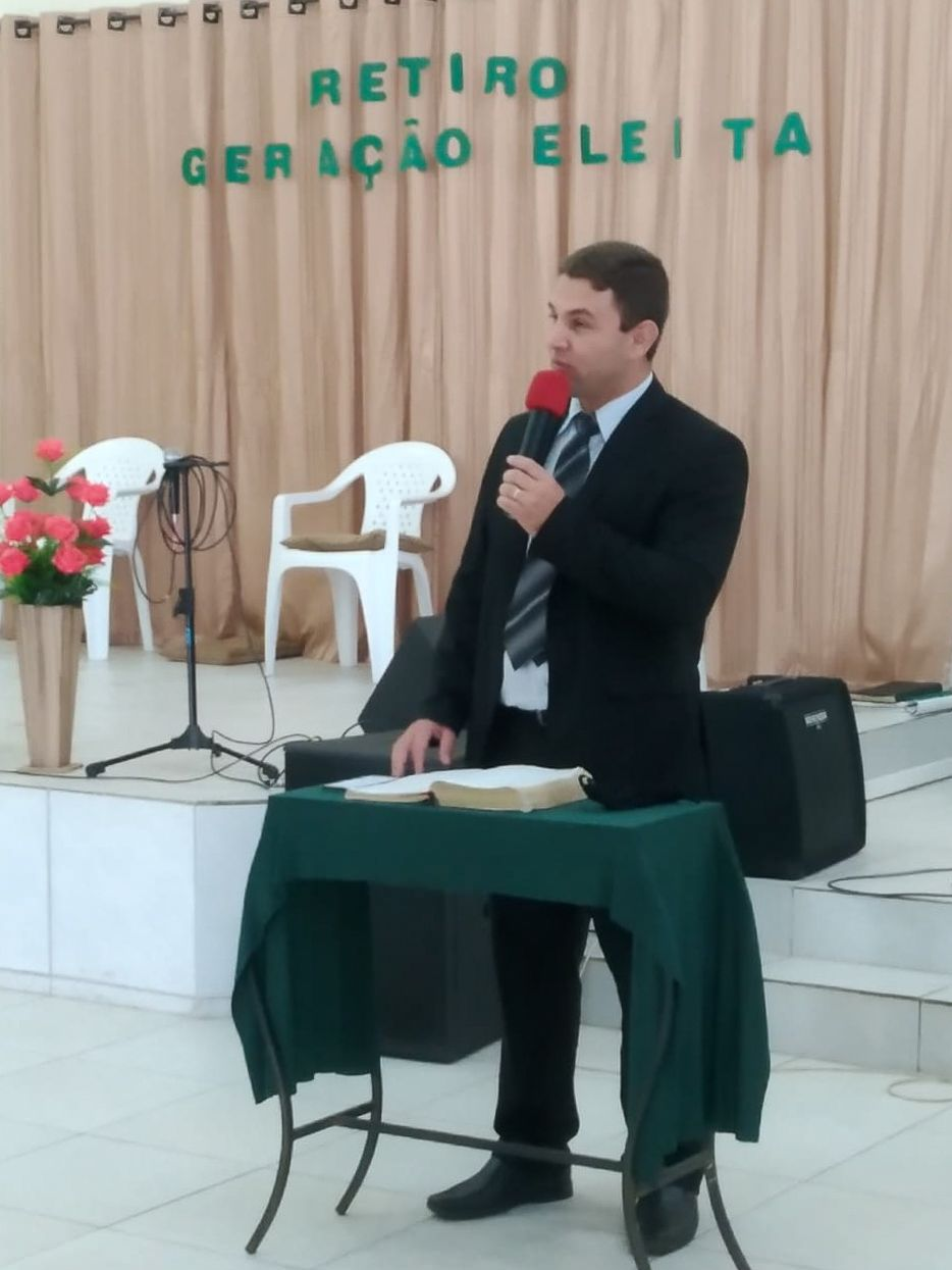 No domingo, o Ev. Aurélio de Mello, encarregado da área Joinville, ministrou para os jovens