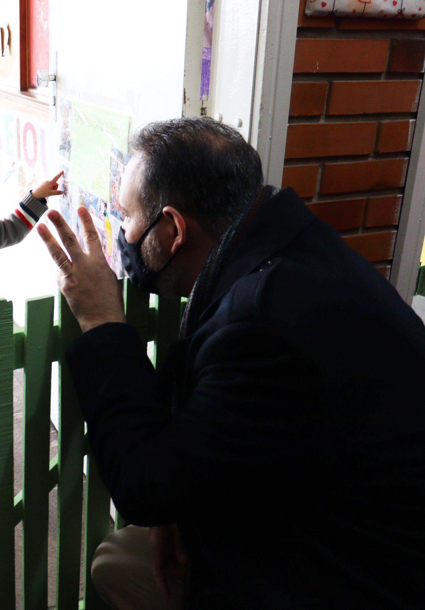 Vice-Prefeito interagindo com as crianças, que atentas observavam as visitas naquela tarde.
