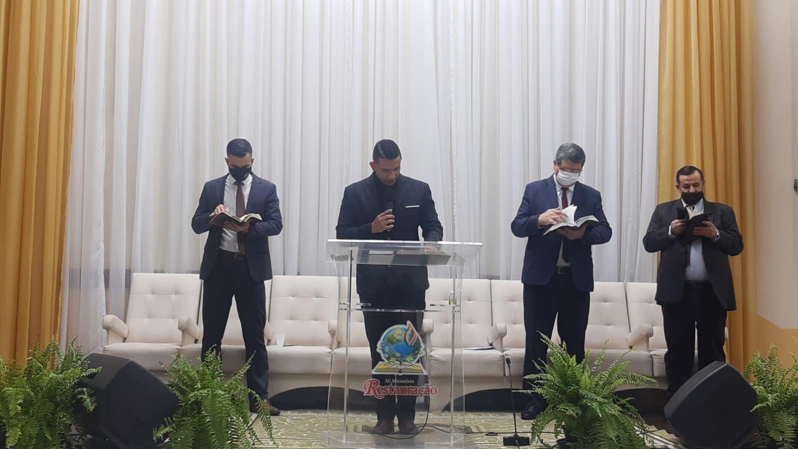 Dc. Marcos Jr. ministrou a Palavra no culto a noite. À direta, Pr. Josué Hoffmann e Pr. Ildo Manica. À esquerda, Pb. Bruno Beltrame.