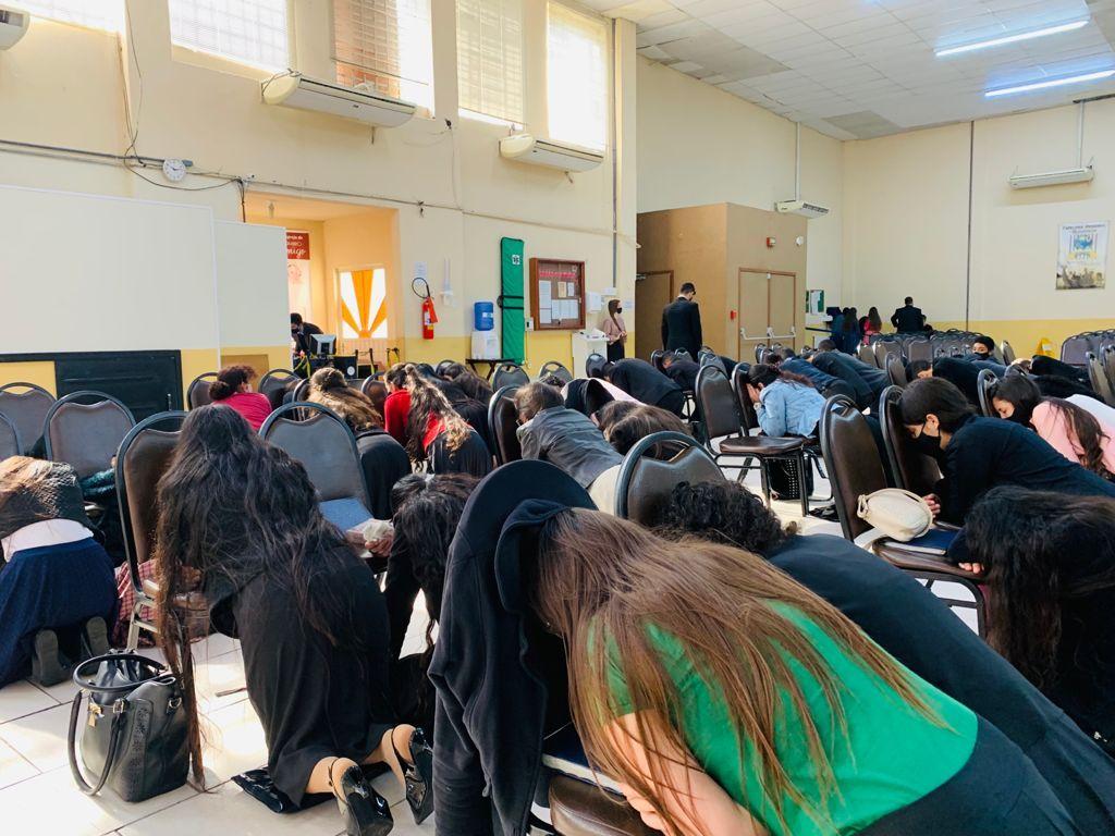 Momento de oração antecedeu o culto em espanhol.